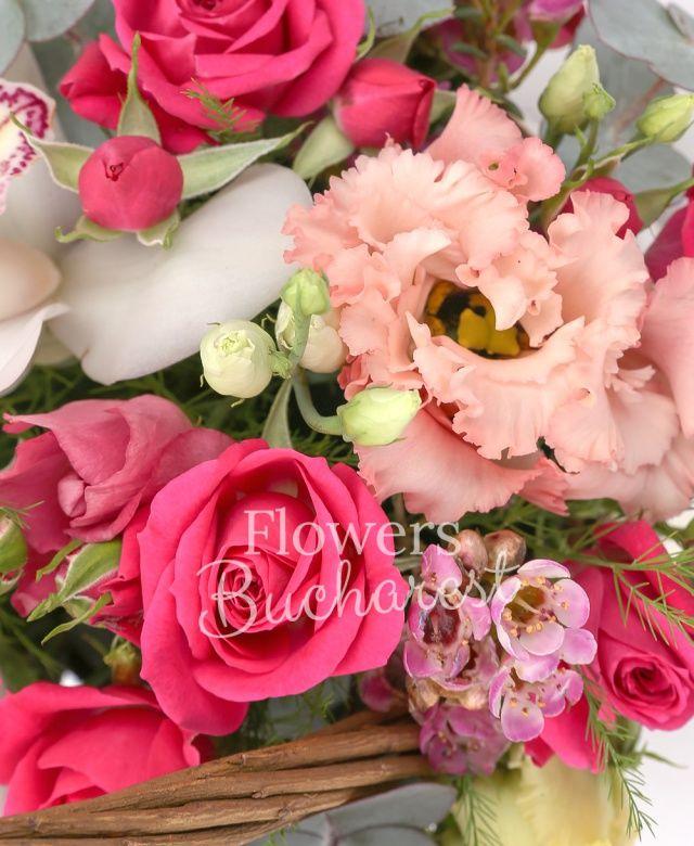 cymbidium alb, 4 miniroze cyclam, 3 lisianthus roz, waxflower roz, eucalypt, coș