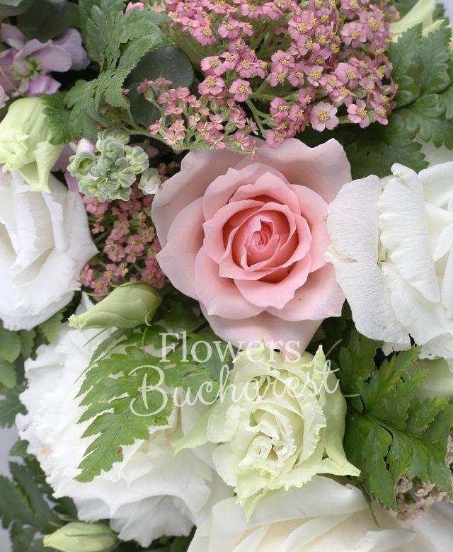 10 matthiola, 10 trandafiri roz, 10 lisianthus alb, 20 achillea roz, eucalypt, ferigă, colac