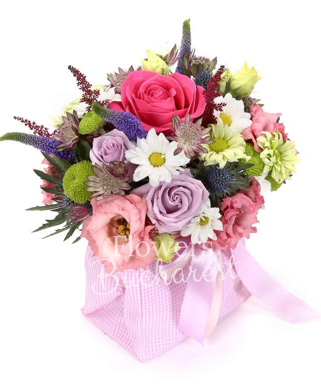 1 trandafir cyclam, 1 trandafir roz, 2 trandafiri mov, 3 veronica mov, 2 crizanteme verzi, 1 santini verde, 1 crizantemă alba, 2 lisianthus roz, 3 astilbe grena, 2 astranția grena, 1 eryngium, săculeț