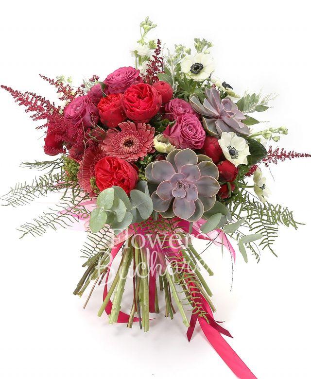 7 trandafiri mov, 5 miniroze cyclam, 3 gerbera grena, 5 lalele albe, 5 matthiola alba, 5 anemone albe, 5 astilbe grena, 2 suculente, eucalypt