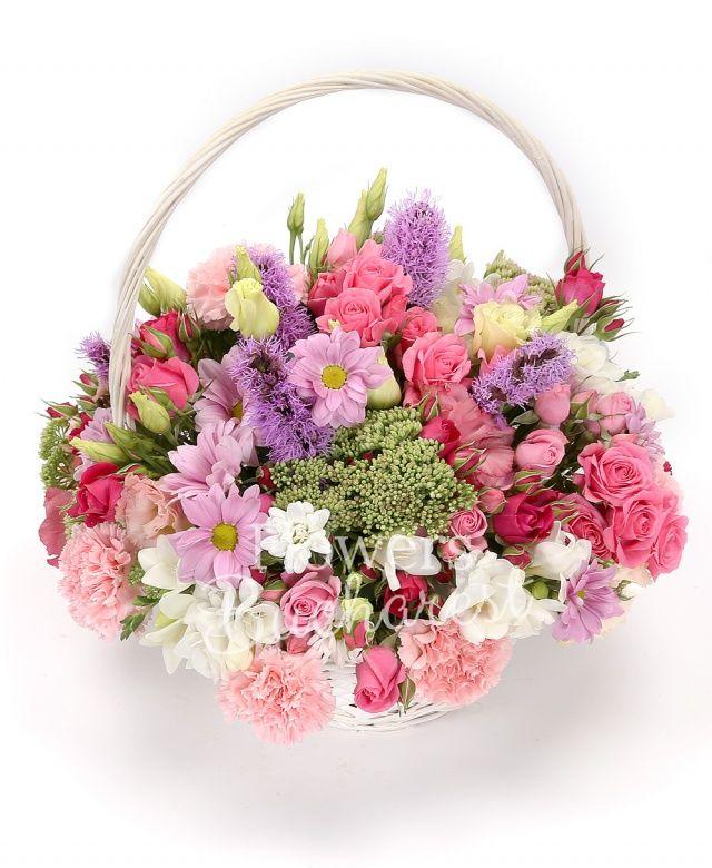 10 miniroze roz, 5 liatris mov, 7 garoafe roz, 3 sedum, 2 crizanteme, 10 frezii albe, 3 lisianthus roz, coș