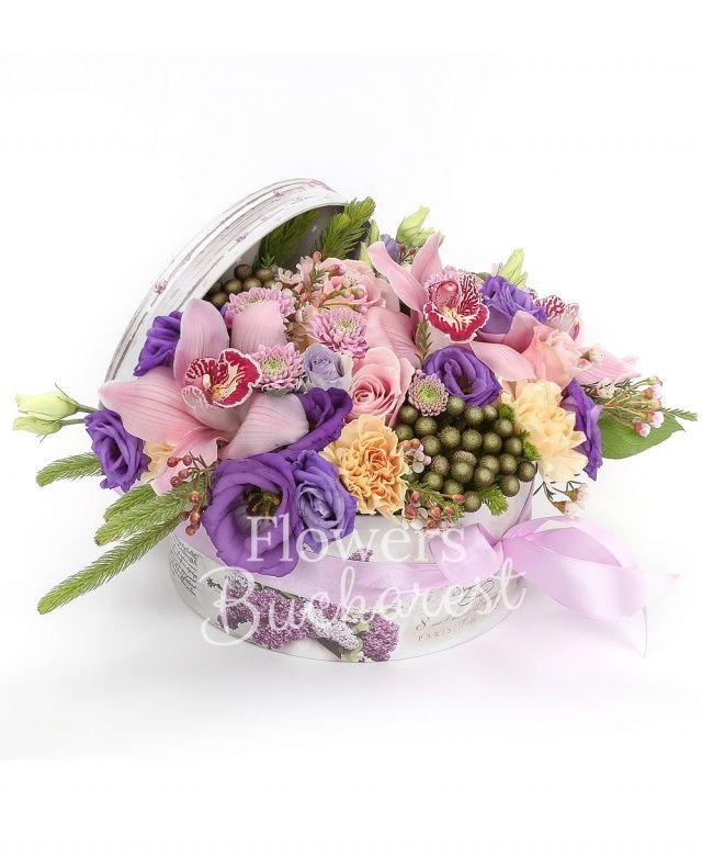 3 trandafiri roz, 5 garoafe crem, 3 brunia, 1 crizantemă roz, 2 lisianthus mov, cymbidium roz, waxflower, cutie
