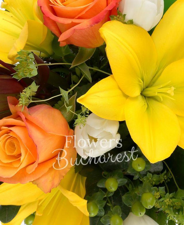 1 crin galben, 3 trandafiri portocalii, 2 leucadendron, 3 hypericum verde, 5 lalele albe, bupleurum, eucalypt, cuib
