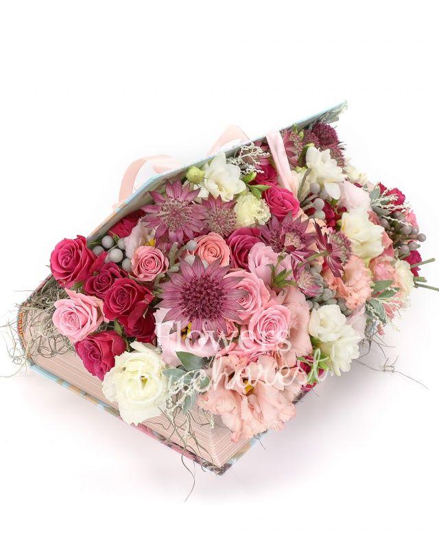 5 frezii albe, 3 miniroze cyclam, 5 brunia, 2 lisianthus roz, 3 astranția, 3 miniroze roz, acacia, carte