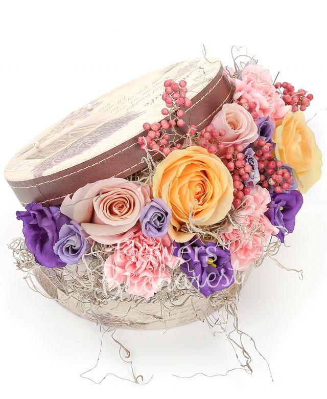 3 trandafiri peach, 2 trandafiri roz, 3 garoafe roz, 2 lisianthus mov, piper, tillandsia, cutie rotundă