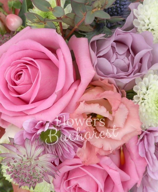 3 trandafiri roz, 2 hypericum roz, 2 trandafiri mov, 1 eryngium, 1 santini alb, 2 lisianthus roz, 2 astilbe roz, 1 gypsophilla, 1 crizantemă mov, săculeț