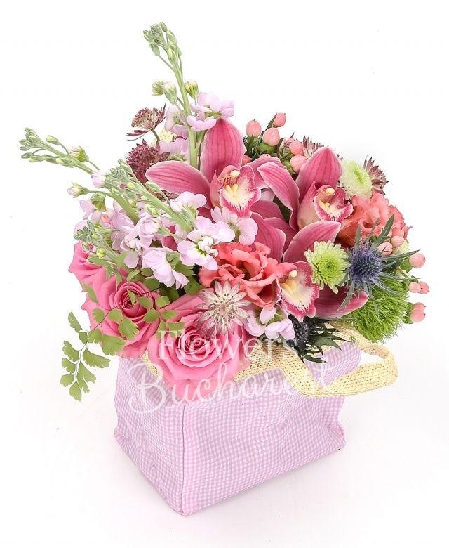 3 trandafiri roz, 2 trandafiri mov, 1 eryngium, 1 santini alb, 3 matthiola mov, cymbidium roz, 3 hypericum roz, 2 astilbe roz, 3 lisianthus roz, 2 garoafe verzi, săculeț