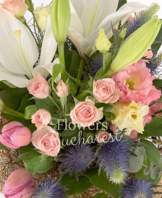 1 crin alb, 3 miniroze roz, 3 lisianthus roz, 3 eryngium, 5 lalele roz, salal, eucalypt