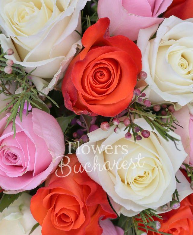7 trandafiri albi, 7 trandafiri roz, 7 trandafiri portocalii, 5 waxflower roz, 10 aspidistra, black tide