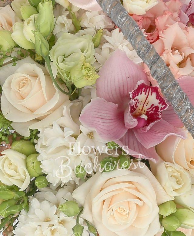 5 trandafiri crem, 2 lisianthus alb, 3 lisianthus roz, cymbidium roz, 3 zambile albe, 10 frezii albe, coș