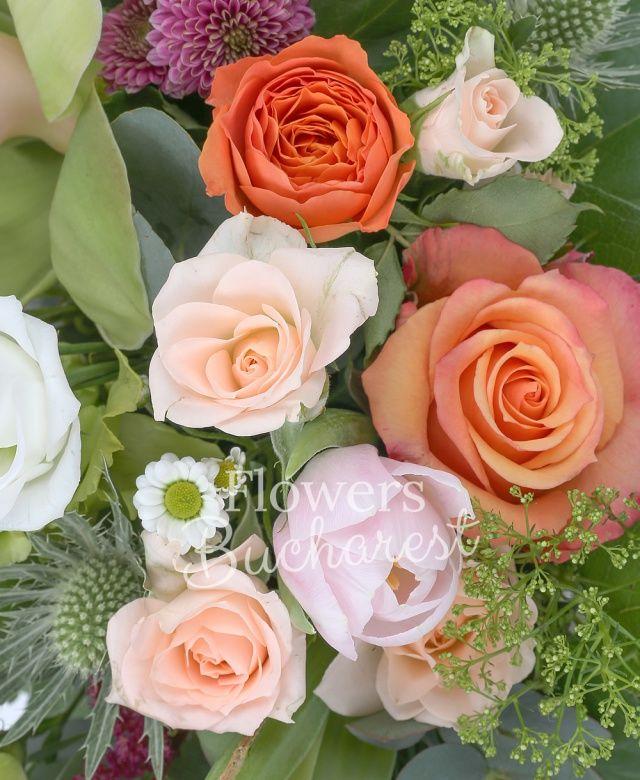 3 lalele roz, 2 lisianthus verde, 2 lisianthus alb, 2 miniroze roz, 2 cymbidium verzi, 1 eryngium, 2 trandafiri portocalii, 3 frezii mov, 2 astilbe rosii, 2 santini mov, coș