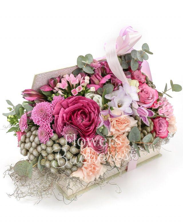 5 trandafiri mov, 3 alstroemeria mov, 2 bouvardia roz, 3 frezii mov, 5 garoafe crem, 4 brunia, 2 santini roz, 2 clematis, eucalypt, tillandsia, carte