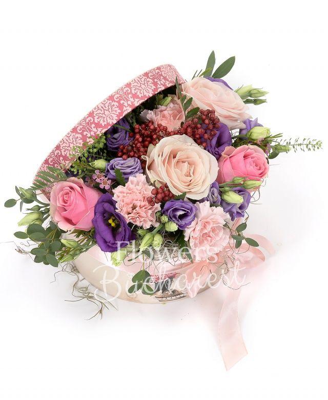 5 trandafiri roz, 5 garoafe roz, 2 lisianthus mov, piper, eucalypt, tillandsia, cutie