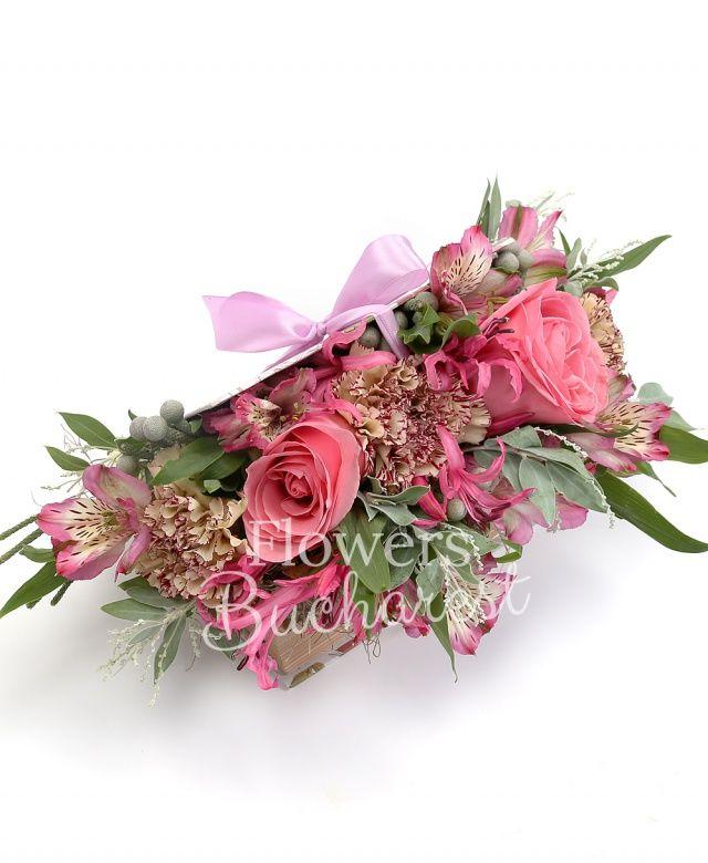 2 trandafiri roz, 3 garoafe crem, 2 nerine roz, 2 alstroemeria roz, brunia, acacia, carte
