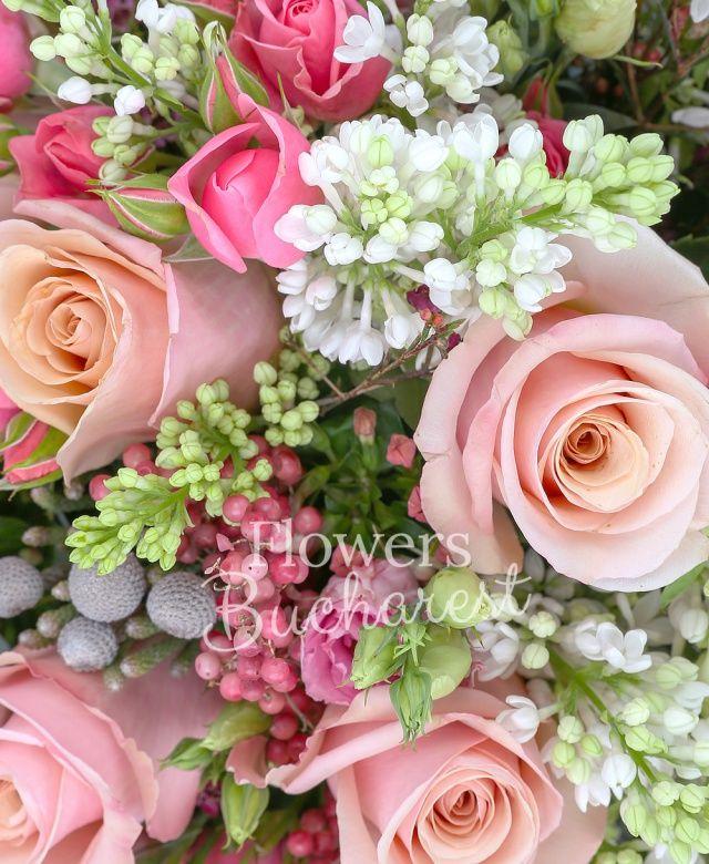 10 trandafiri roz, 5 miniroze roz, 5 bouvardia roz, 5 brunia, 7 liliac alb, 5 waxflower, piper, eucalypt
