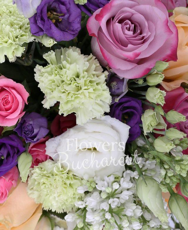 3 liliac, 5 trandafiri peach avalanche, 7 trandafiri mov, 5 miniroze roz, 5 santini alb, 7 garoafe verzi, 3 lisianthus mov