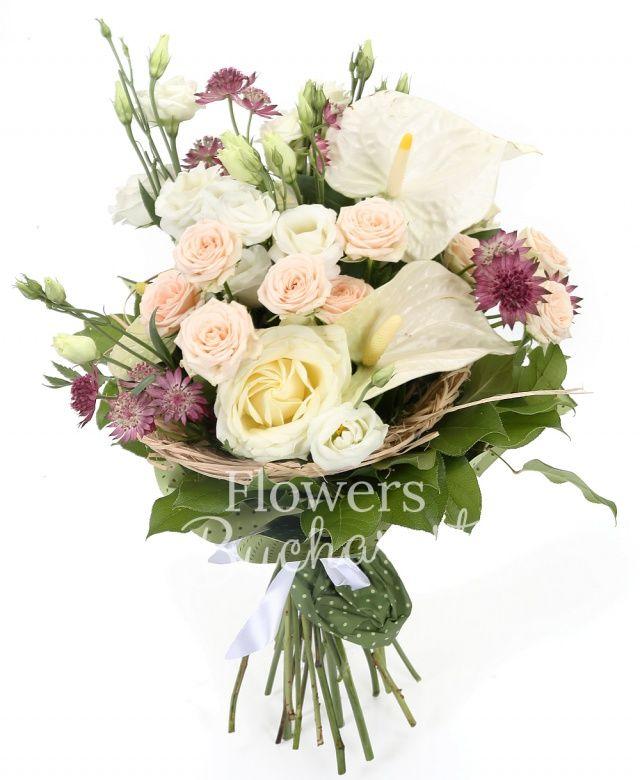 2 anthurium alb, 2 miniroze crem, 2 lisianthus alb, 2 trandafiri albi, 2 astranția roz, cuib, salal