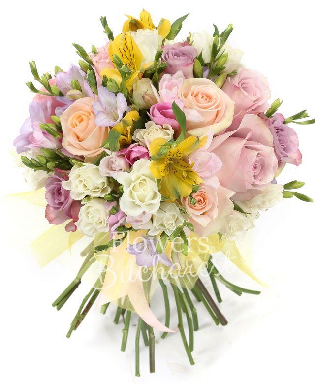 10 frezii mov, 2 astranția galbene, 5 miniroze albe, 3 trandafiri crem, 5 trandafiri mov, 3 trandafiri roz