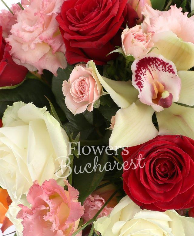 2 trandafiri portocalii, 2 trandafiri rosii, 2 trandafiri albi, cymbidium verde, cymbidium roz, 4 lalele roz, 2 hypericum verde, 2 leucadendron, 4 lisianthus roz, 2 miniroze roz, salal, eucalypt