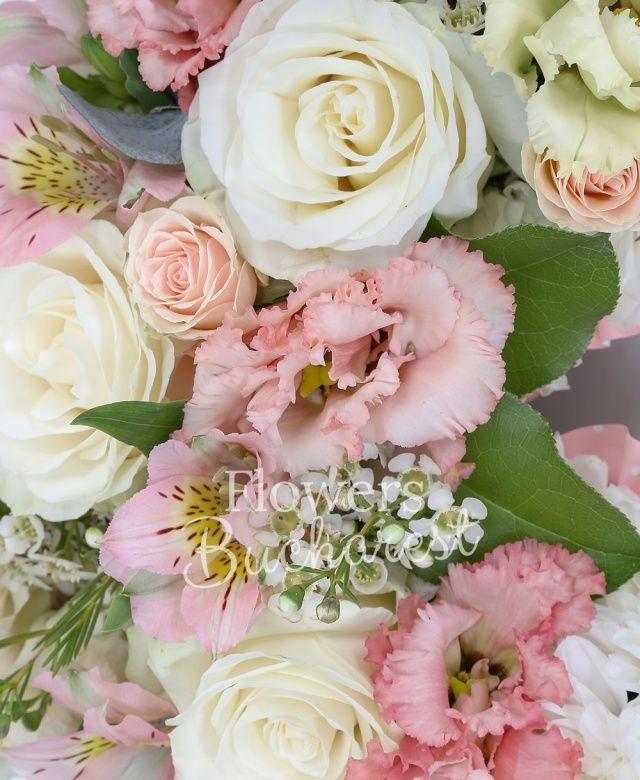 30 crizanteme albe, 4 trandafiri albi, 2 alstroemeria roz, 2 miniroze roz, 3 lisianthus roz, waxflower alb, eucalypt, salal, suport inima