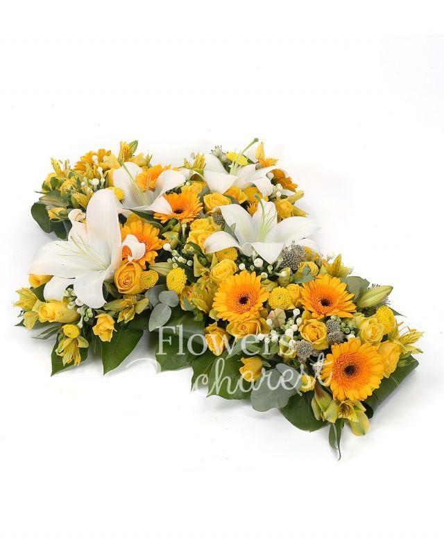 10 trandafiri galbeni, 2 crini albi, 10 gerbera galbenă, 10 bouvardia alba, 5 miniroze galbene, 5 santini galben, 3 alstroemeria galbenă, astranția alba, salal, suport cruce