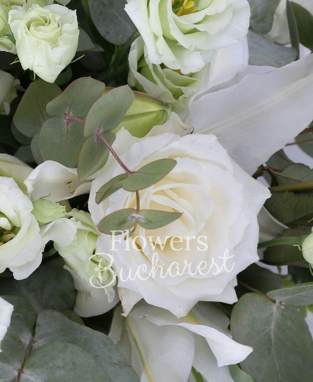 3 crini albi, 5 trandafiri albi, 7 lisianthus alb, 7 antirrhinum alb, eucalypt, coș