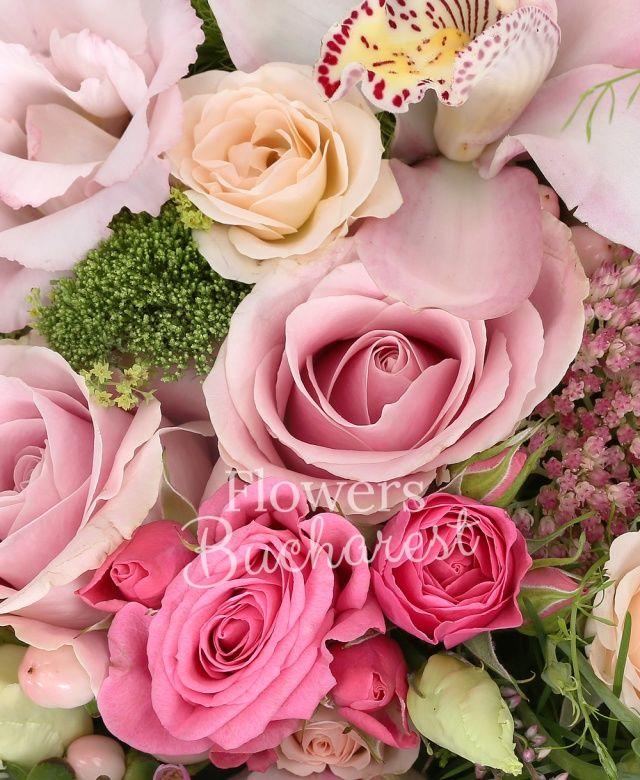 2 trandafiri sweet avalanche, 3 trandafiri cyclam, 2 miniroze crem, 2 orhidee alba, garoafe olandeze, 3 hypericum roz, cymbidium alb, 2 trandafiri crem, 1 waxflower, 3 veronica, sedum, cutie