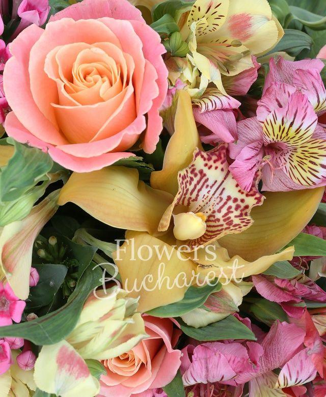 7 trandafiri portocalii, 7 alstroemeria roșie, 5 alstroemeria galbenă