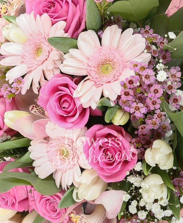 13 trandafiri roz, 9 gerbera roz, cymbidium roz, 15 lalele albe, 5 waxflower roz, 2 gypsophila, salal