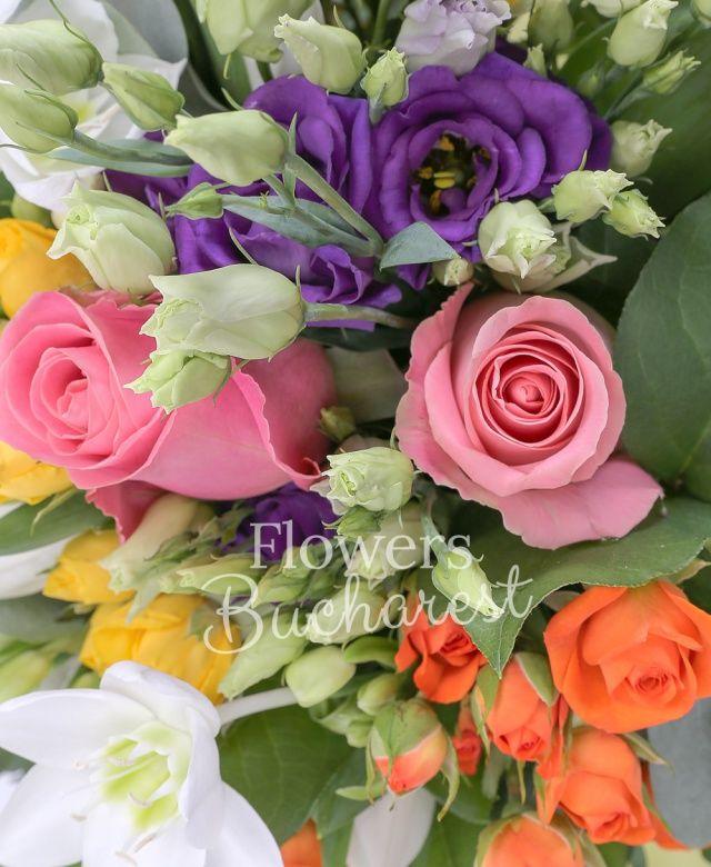 3 trandafiri roz, 2 lisianthus mov, 3 lisianthus alb, 3 miniroze galbene, 1 miniroza portocalie, 10 lalele, 3 eucharis, eucalypt, salal