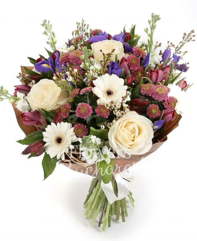 5 trandafiri albi, 5 gerbera albe, 7 iris, 5 santini roz, 10 lalele mov, 5 matthiola alba, 5 alstroemeria roșie, waxflower, salal, cuib