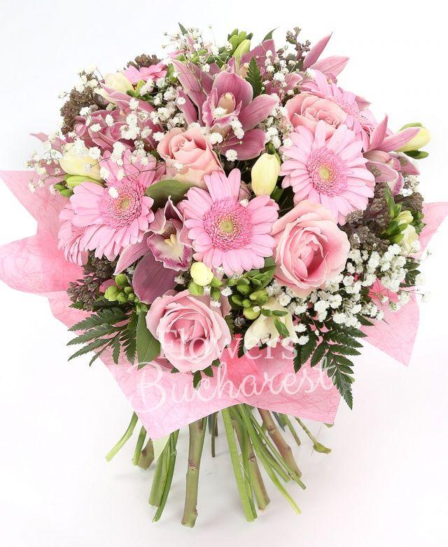 7 trandafiri roz, 5 sedum, 10 frezii albe, cymbidium roz, 5 gerbera, gypsophilla, salal