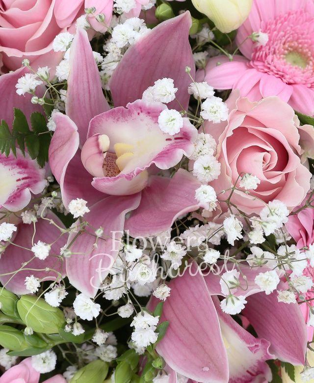 5 trandafiri roz, 4 sedum, 7 frezii albe, cymbidium roz, 4 gerbera, gypsophilla, salal