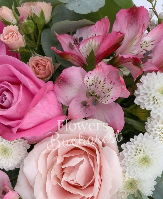 3 trandafiri cyclam, 2 trandafiri roz, 2 trandafiri mov, 3 miniroze roz, 3 alstroemeria roz, 2 santini albi, astranția alba, waxflower alb, eucalypt, salal, cuib