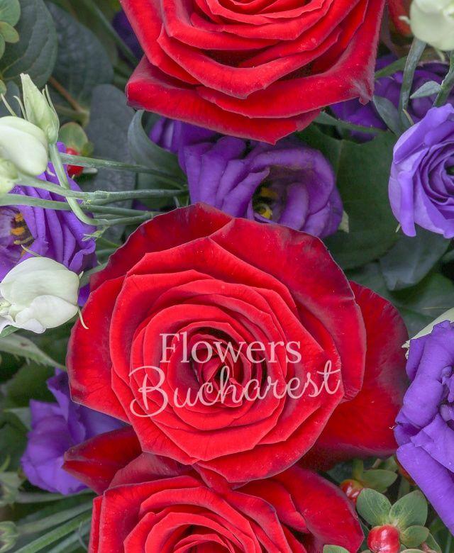 11 trandafiri rosii, 9 cale roz, 9 leucadendron, 7 hypericum roșu, 10 lisianthus mov