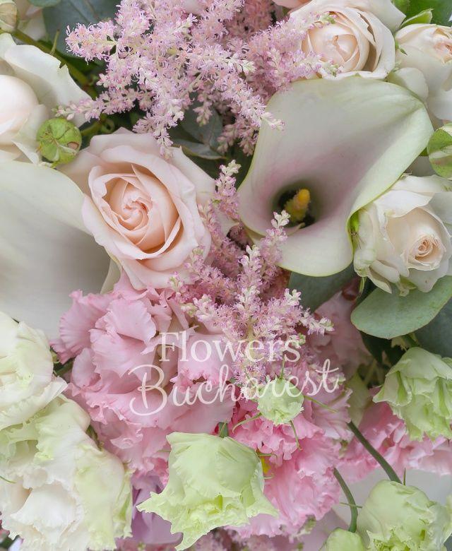 5 trandafiri mov, 3 cale albe, 3 miniroze roz, 3 lisianthus roz, 3 astranția roz, eucalypt, cuib, salal