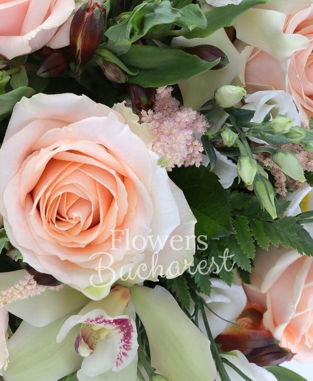 9 trandafiri crem, 5 lisianthus alb, 5 alstroemeria portocalie, 5 astranția roz, cymbidium verde, salal