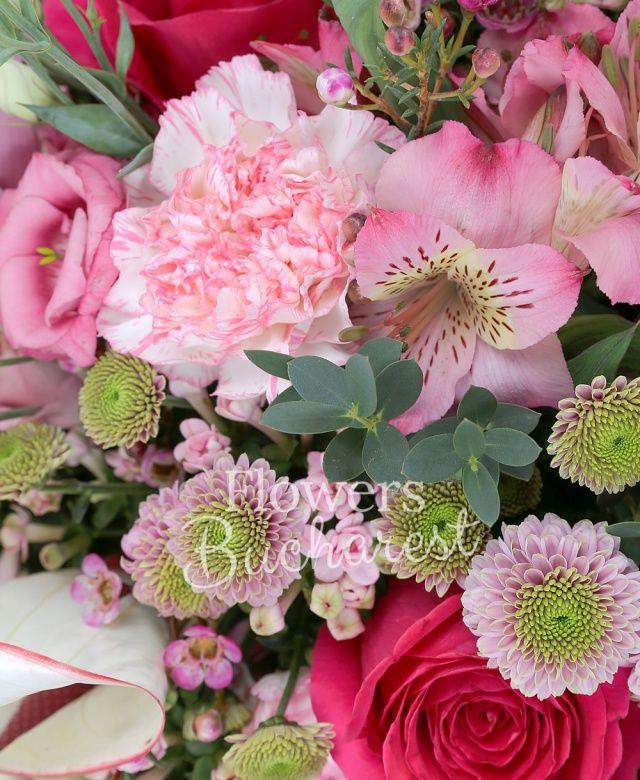 7 trandafiri cyclam, 5 garoafe roz, 5 santini roz, 5 bouvardia roz, 5 lisianthus roz, cymbidium roz, 2 anthurium alb, 3 alstroemeria roz, waxflower roz, eucalypt