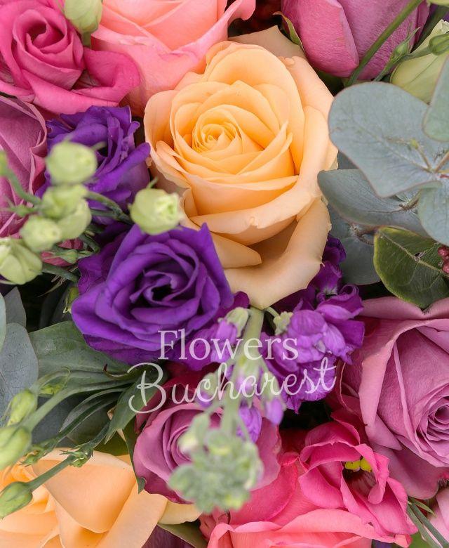 9 trandafiri mov, 5 trandafiri banan, 5 trandafiri roz, 5 lisianthus mov, 5 matthiola mov, 3 sedum, 3 anigozanthos, eucalypt, salal