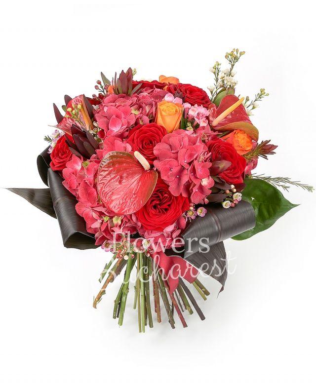 5 trandafiri rosii, 4 trandafiri portocalii, 2 anthurium roșu, 2 hortensia roșie, 2 bouvardia roz, 5 leucadendron, waxflower alb, blacktie