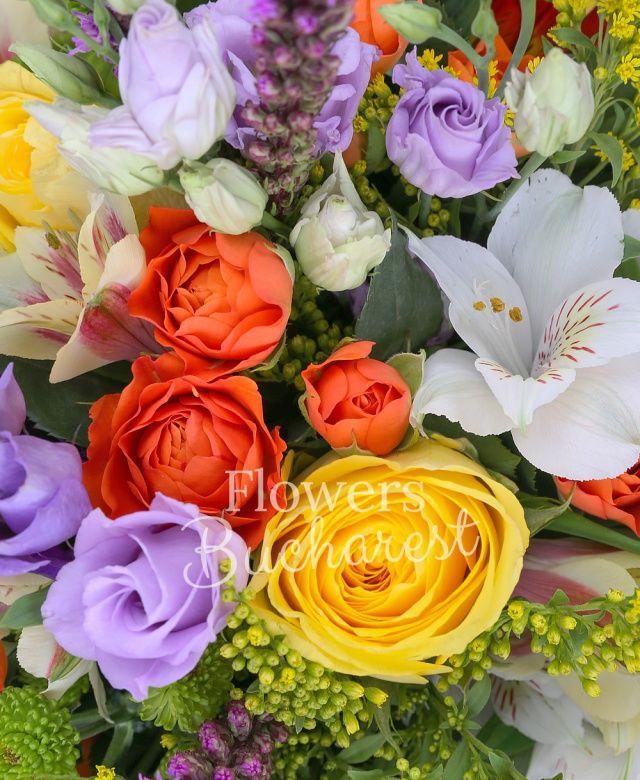 7 trandafiri galbeni, 5 miniroze portocalii, 3 alstroemeria alba, 3 alstroemeria galbenă, 3 alstroemeria roșie, 4 lisianthus mov, 3 liatris, 5 hypericum verde, 3 santini verde, 3 solidago, salal