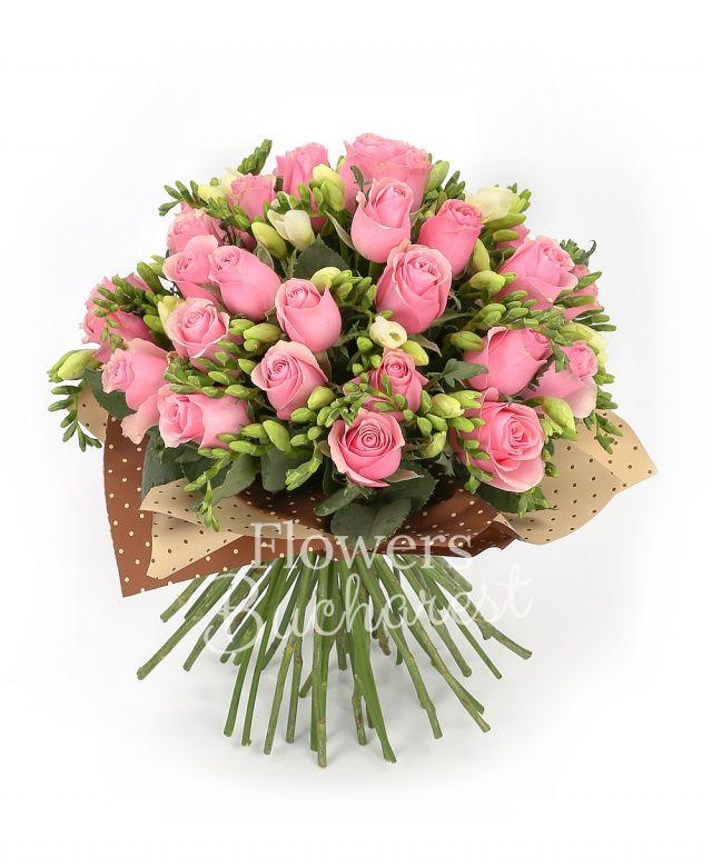 25 trandafiri roz, 30 frezii albe