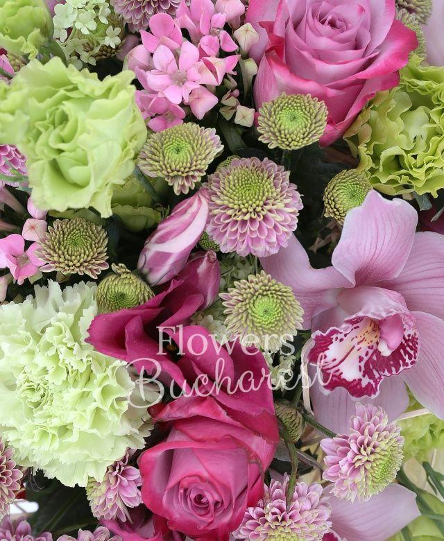 5 trandafiri roz, 2 anthurium roșu, 4 lisianthus verde, 4 santini roz, 2 lisianthus roz, 4 bouvardia, 4 garoafe verzi, cymbidium roz, cuib
