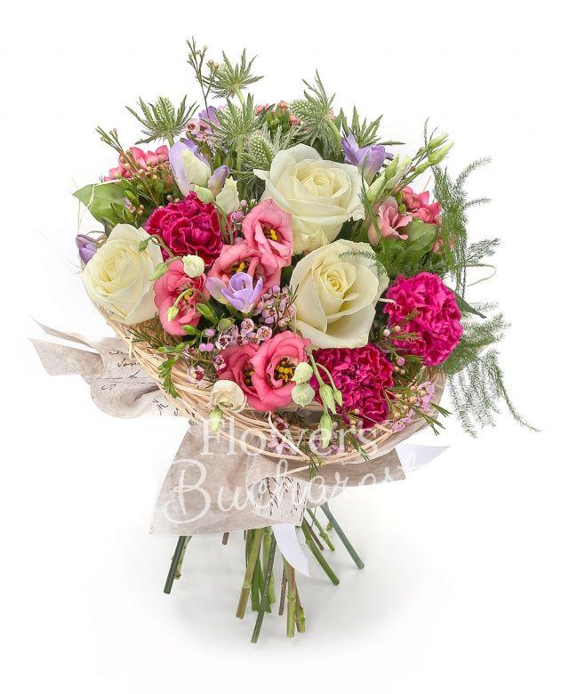 3 trandafiri albi, 5 lisianthus roz, 3 eryngium alb, 5 frezii mov, 3 garoafe cyclam, 3 bouvardia roz, waxflower, salal, asparagus, cuib